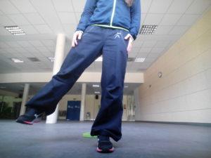 ejercicios de equilibrio elevaciones de pierna