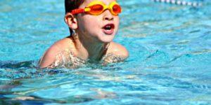 dia mundial de aprender a nadar niño