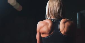 ejercicios de espalda en gimnasio chica
