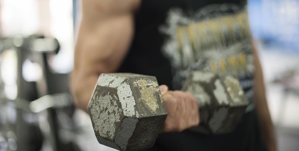 entrenar con mancuernas fitness