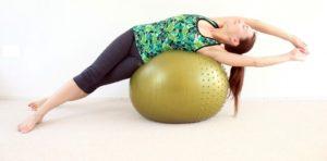 estiramientos-después-de-entrenar-torso-fitball